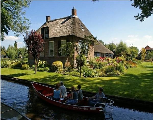 Vị trí tiểu khu làng hà lan nơi có cây cối và sông nước xanh mát